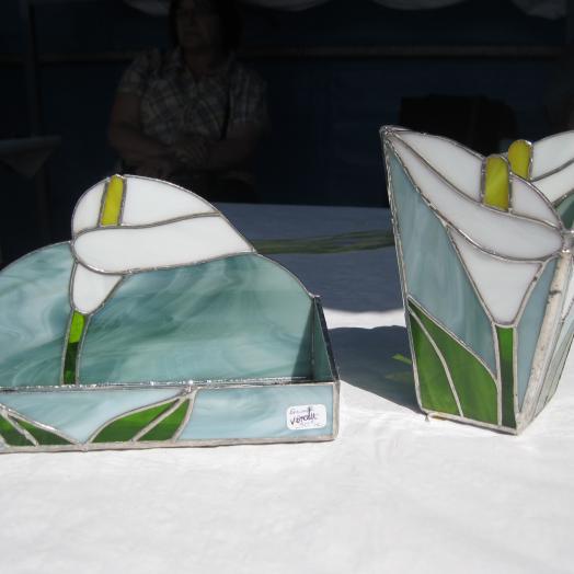 Boites en vitrail tiffany représentant des fleurs de lys blanches