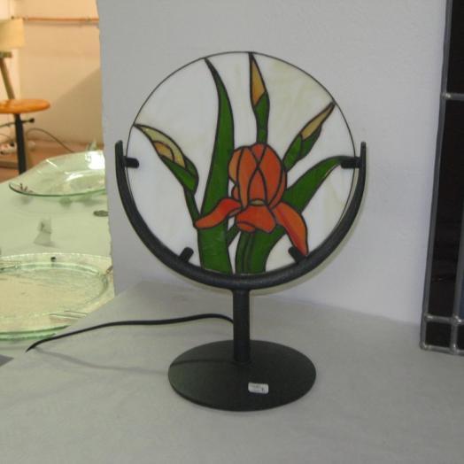 Lampe tiffany ronde avec une fleur rouge