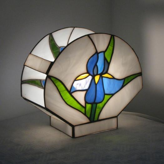 Lampe tiffany avec une fleur bleue allumée