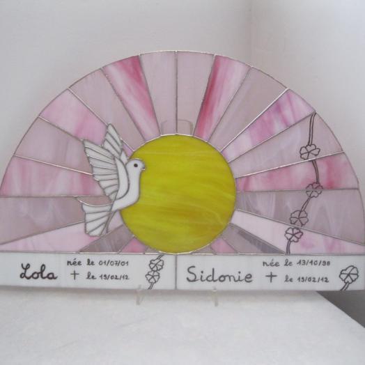 Soleil et colombe en vitrail tiffany pour la naissance d'enfants