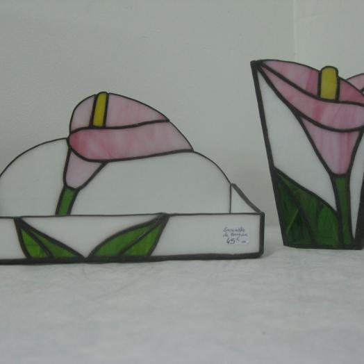 Boites en vitrail tiffany représentant des fleurs de lys roses
