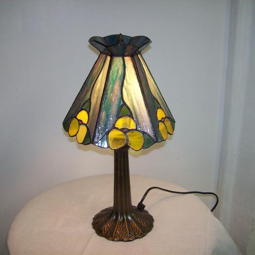 Lampe tiffany avec des fleures jaunes