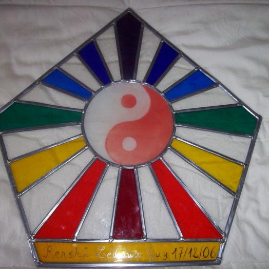 Vitrail hexagonal arc en ciel avec un tao au milieu