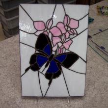 Vitrail tiffany représentant un papillon et des fleurs