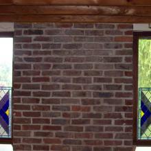 Vitraux à base de losange ornant le bas de fenêtres