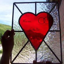 Vitrail transparent avec un cœur rouge