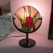 Lampe tiffany ronde avec une fleur rouge allumée