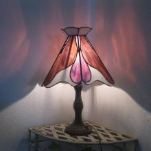 Lampe tiffany allumée rouge