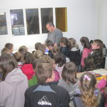 Nicolas montrant son travail à des enfants