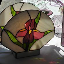Lampe tiffany allumée avec une fleur
