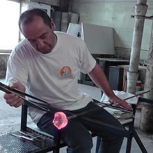Nicolas travaillant du verre soufflé