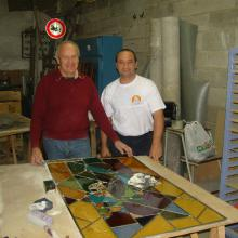 Nicolas et Jean-Pierre posant devant un vitrail